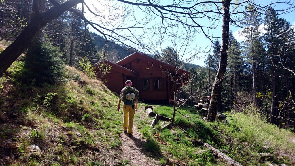 Dopo circa 40 minuti di cammino nel bosco arriviamo alla Capanna Garnerone