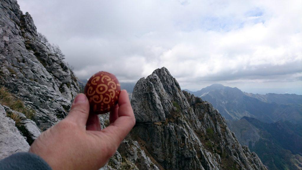 Mostriamo orgogliosi i nostri uovi sodi pasquali dipinti dalla nostra amica Ivana