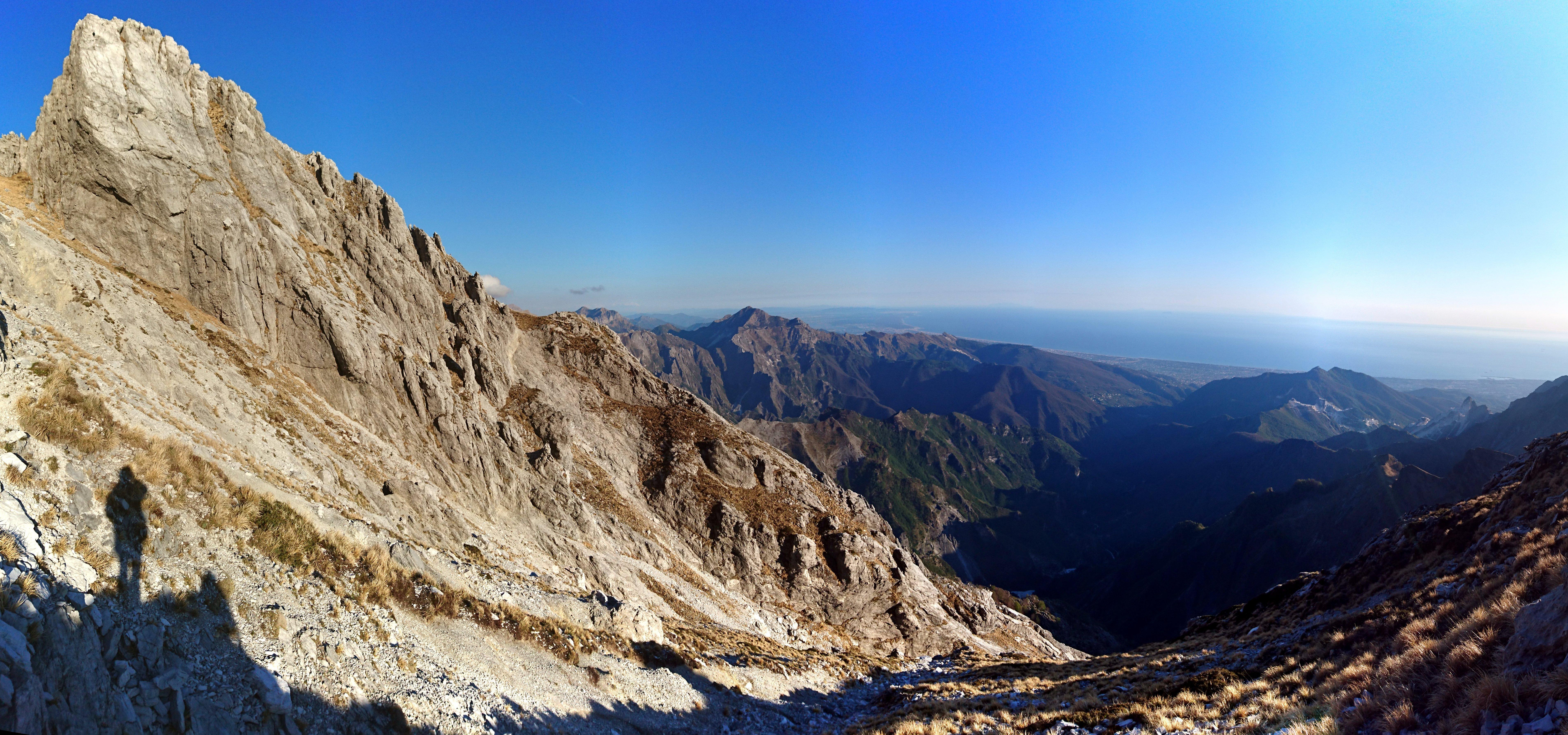 In alto a sinistra la cima del monte la Forbice visto dalla via di discesa