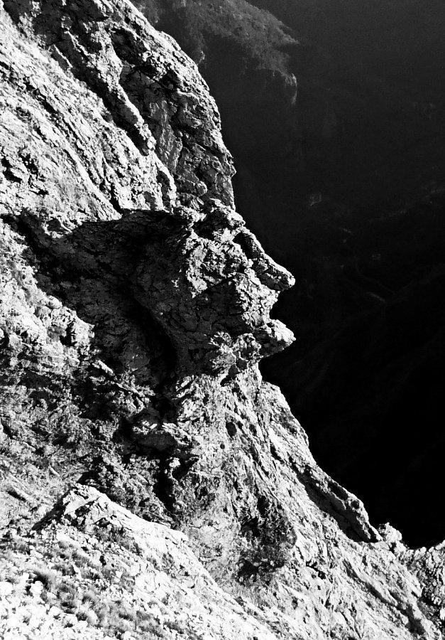 Di fronte a noi notiamo ben presto questa faccia che sembra incastrata nella roccia. Bellissima!