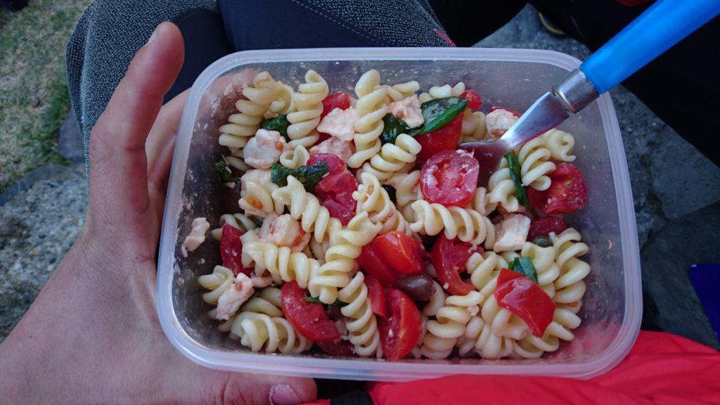 Io mi sono preparato una pasta fredda prima di partire con pomodorini, mozzarella, olive. capperi e basilico