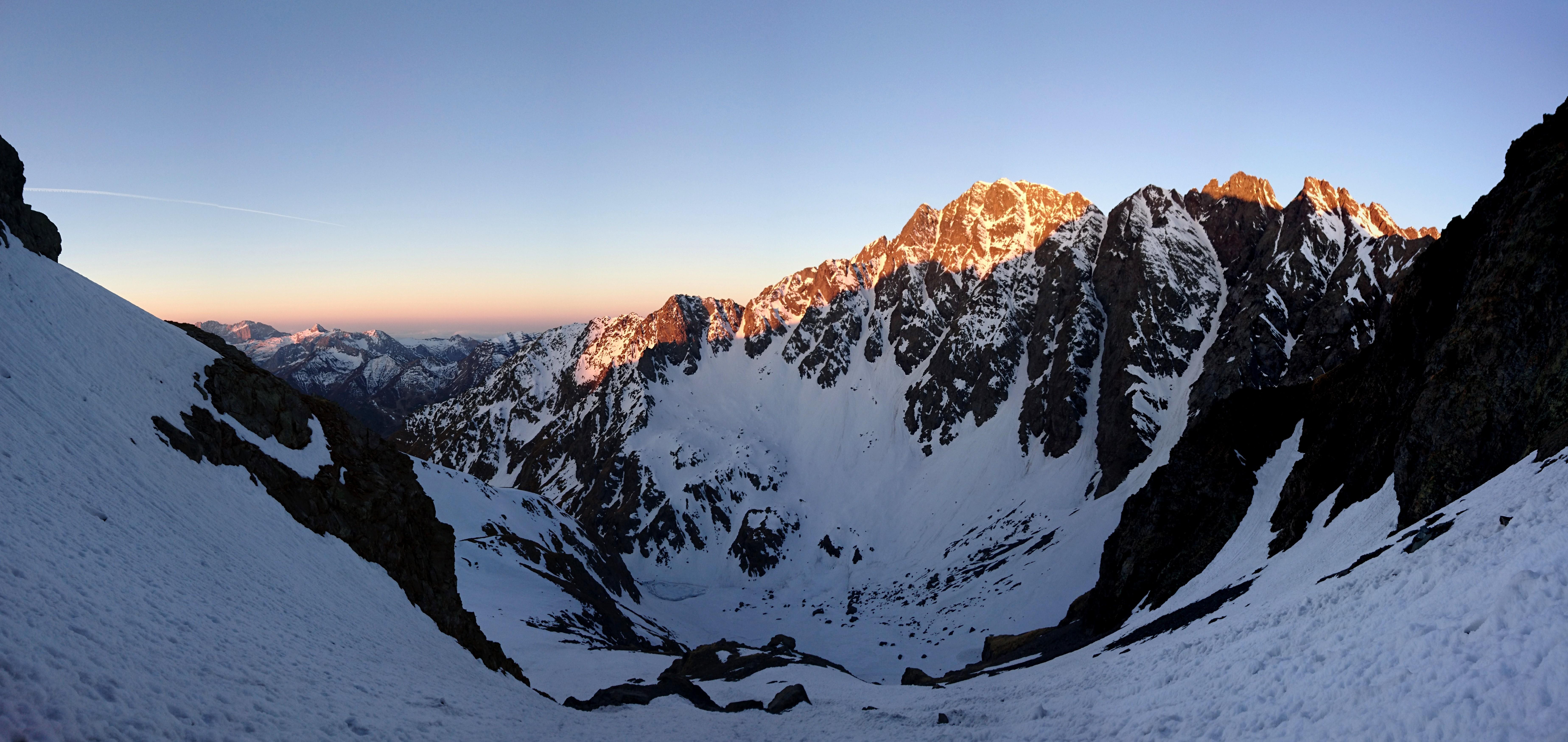 Panoramica verso il Redorta che si illumina del primo sole del mattino