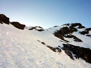 siamo ormai a circa un centinaio di metri dalla cresta. Dalla foto sembra poco pendente ma anche qui la pendenza non è mai sotto i 50°