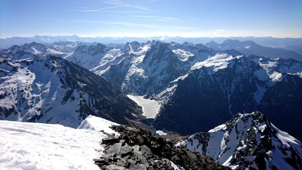 Vista dalla cima verso il lago di Barbellino ancora ghiacciato