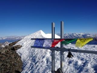 La croce di vetta e la bella cresta nevosa