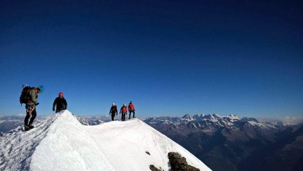 Ecco il gruppo in vetta che passeggia lungo la cresta per godere il paesaggio su tutti i lati