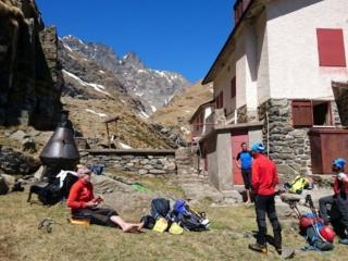Quattro ghigne tutti insieme, un po' di riposo e poi di nuovo via verso valle, con altri 1000 metri di dislivello negativo da macinare