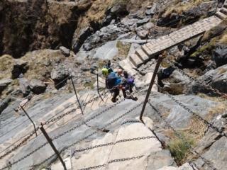 La scala che permette di scendere dalla bastionata rocciosa sotto al rifugio