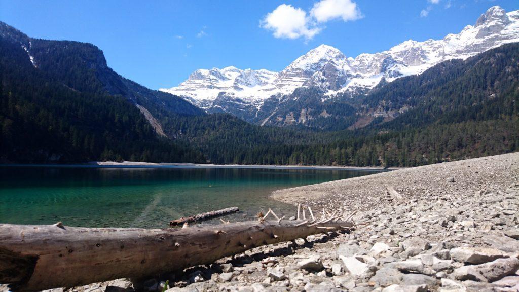 Appena giunti al lago ci appare questa strepitosa vista. WOW!! Sullo sfondo il Brenta con la cresta del sentiero Costanzi