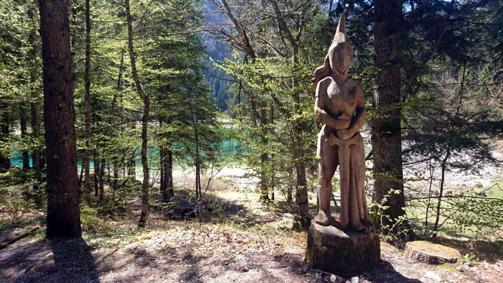 Una delle tante sculture in legno che si vedono lungo il sentiero che fa il periplo del lago di Tovel