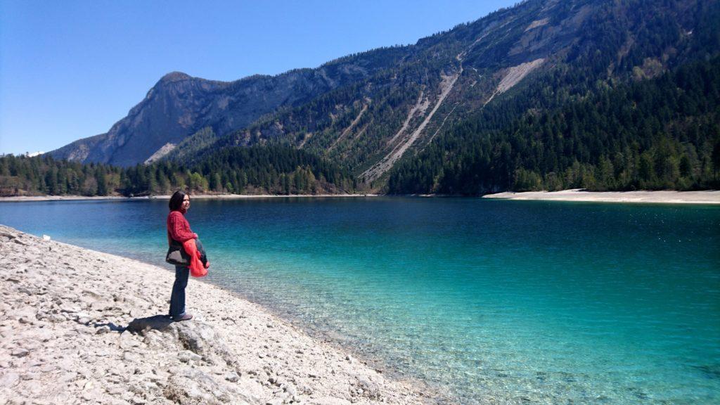 Erica contempla le acque cristalline del lago
