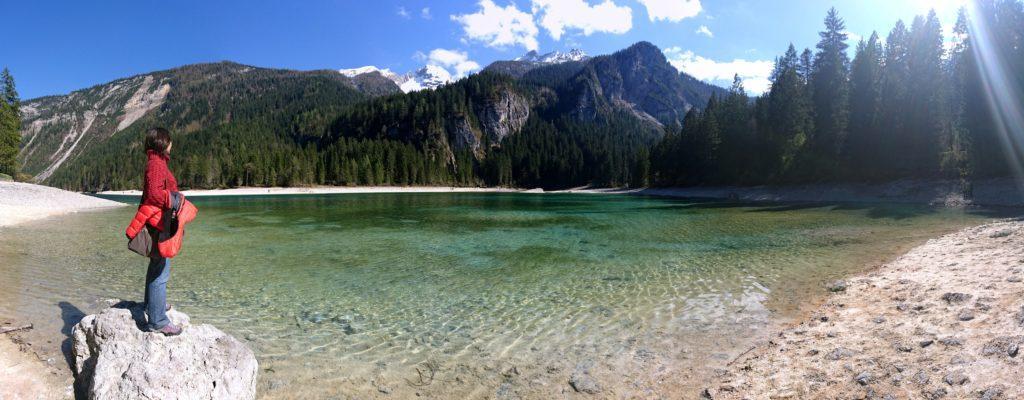 Bella panoramica del lago di Tovel con la Ericuzza protagonista