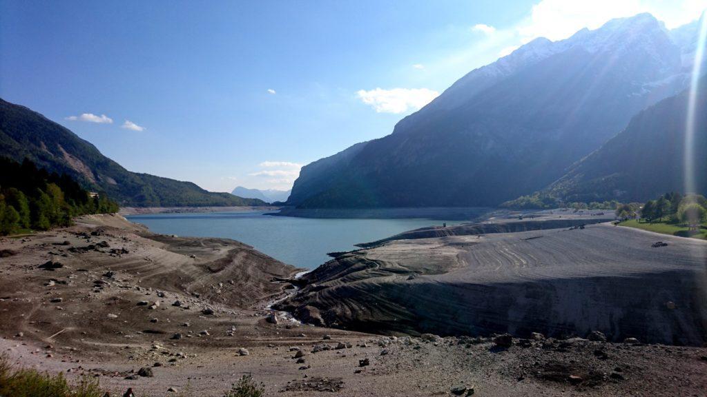 Discesi dalla val di Tovel, proseguiamo verso Molveno e ritroviamo il lago quasi del tutto svuotato! Avviene ogni 10 anni. Ne approfittiamo per fare un giro