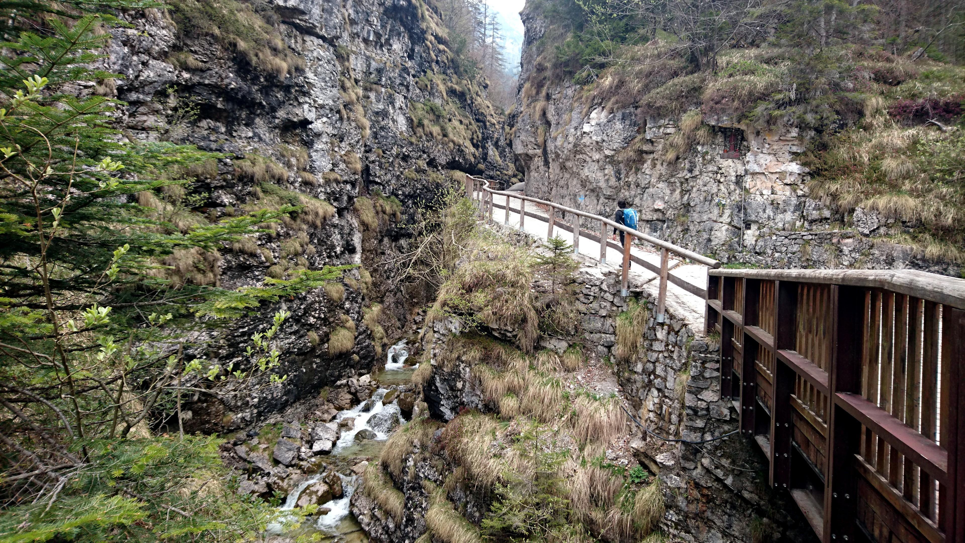 Dopo una parte di sentiero ci si ricongiunge alla strada e si traversa questo stretto canyon molto suggestivo