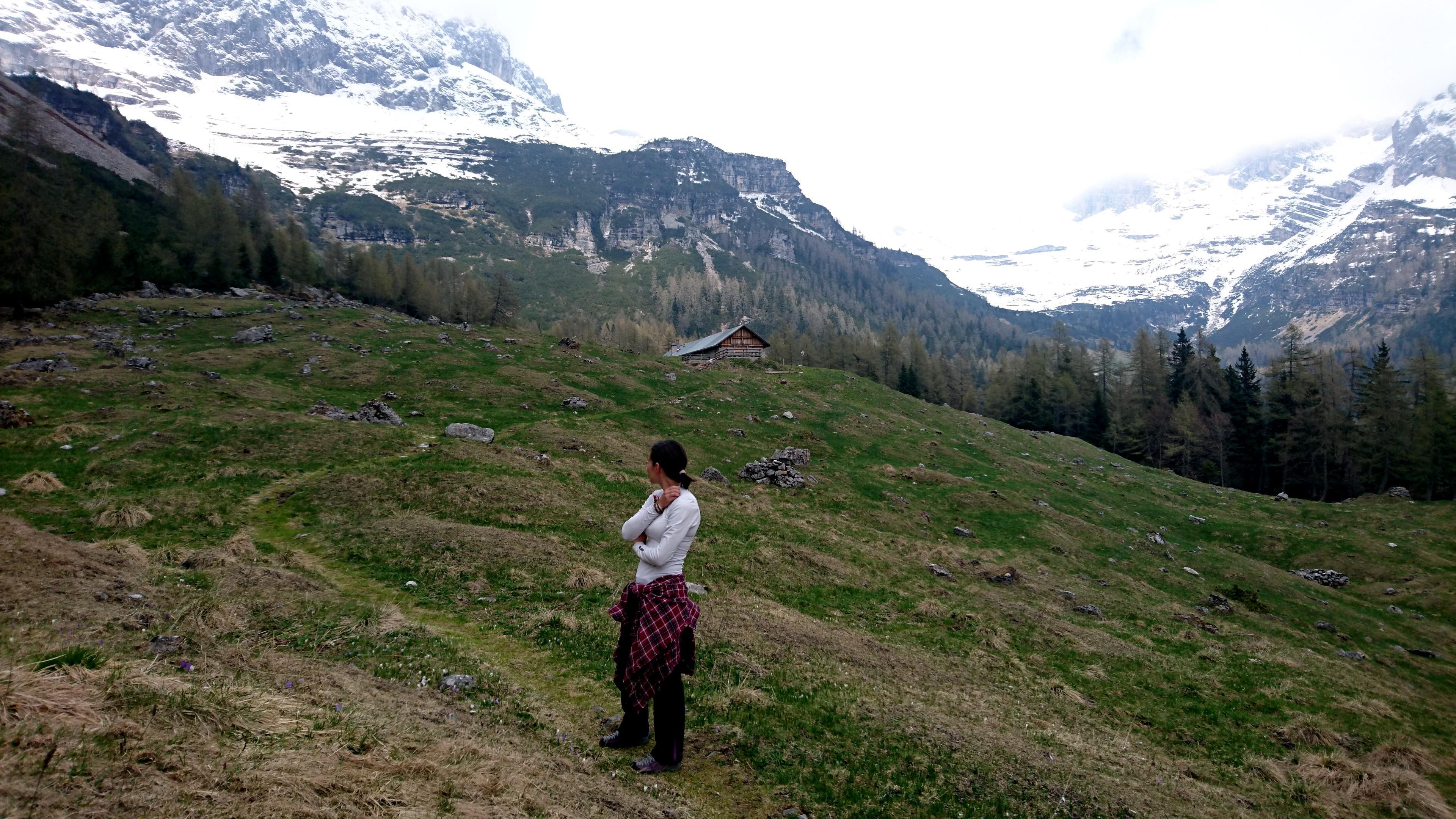 Erica e la malga vista dal pratone dove in estate pascolano le mucche
