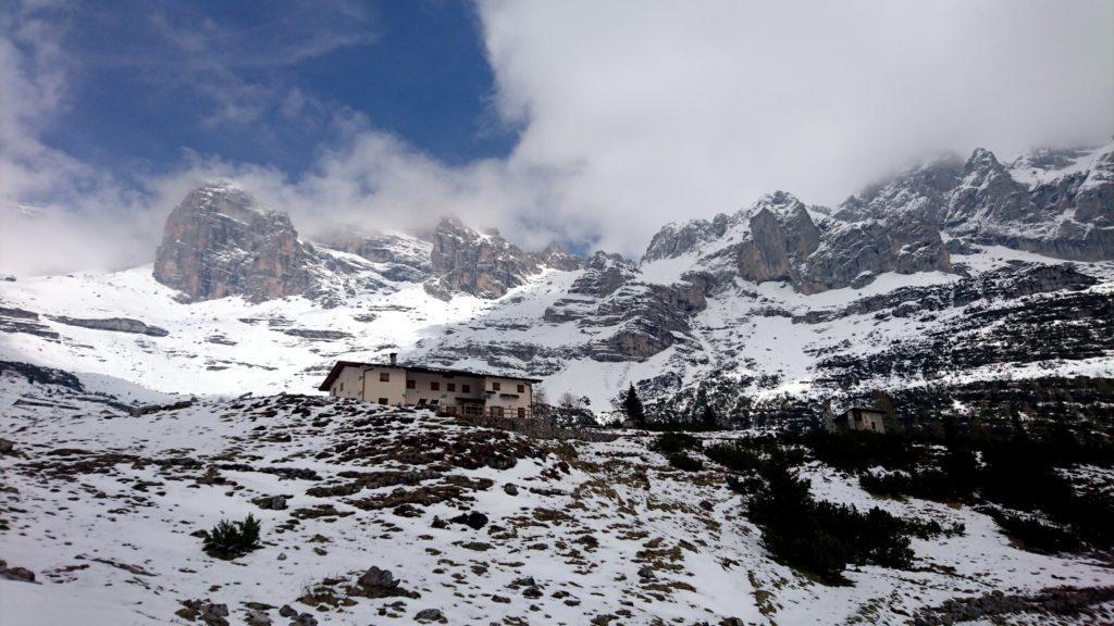 il rifugio Al Cacciatore in questo weekend sta proprio a pochi metri dall'inizio della copertura nevosa