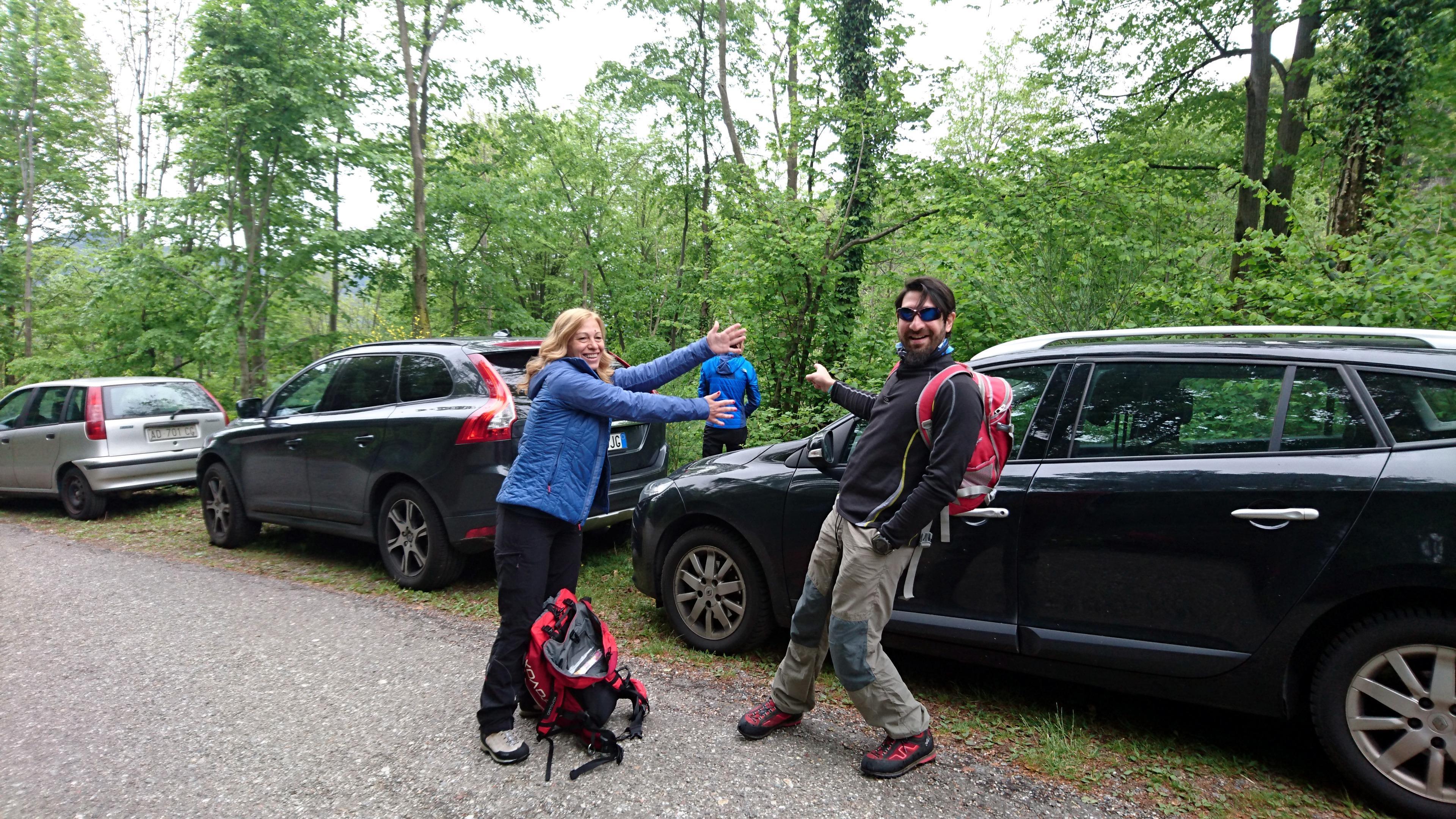 Luca viene censurato mentre esplica i suoi bisogni dietro la macchina