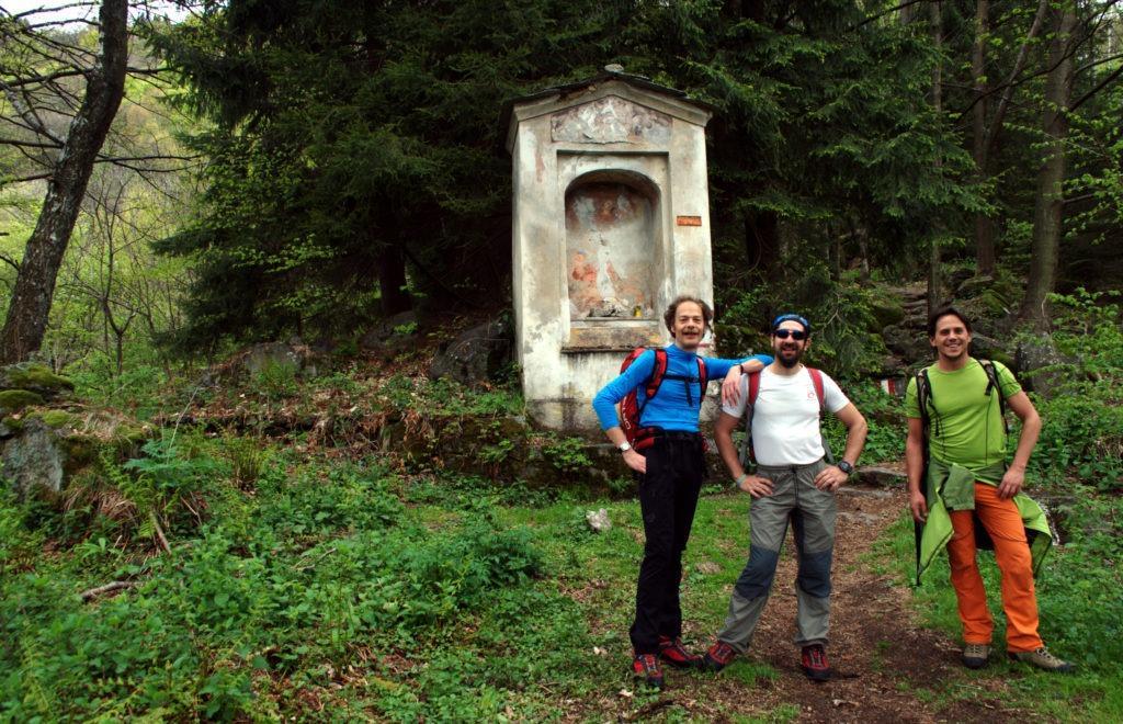 Fotina dei maschietti davanti alla cappelletta dell'alpe del Fattore