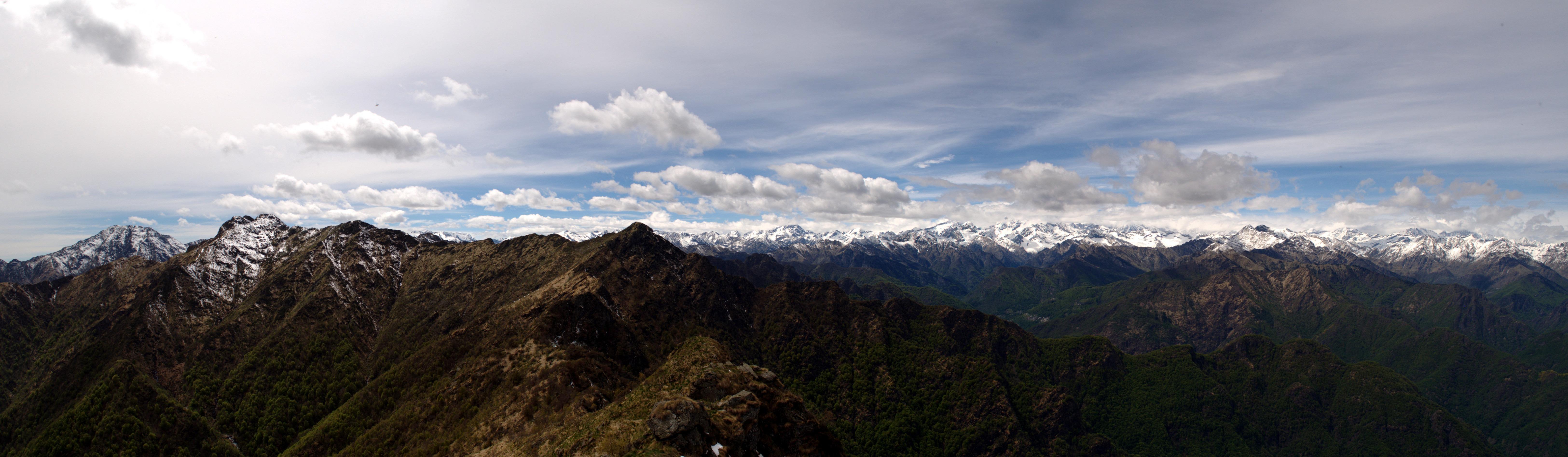 Ampio panorama dell'arco alpino dalla vetta. Circa 180° gradi