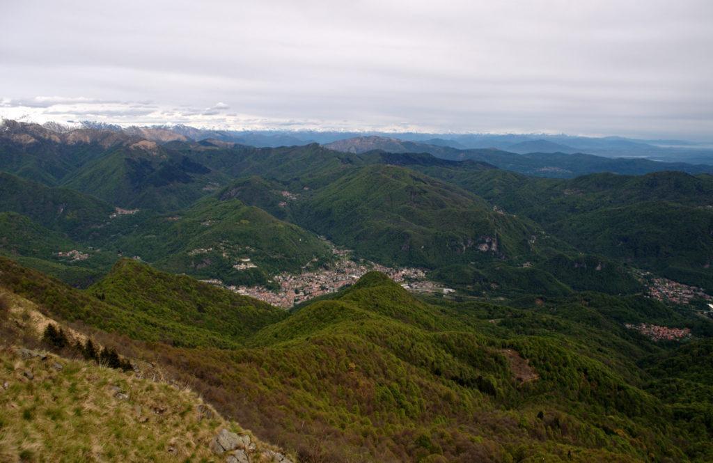 Vista di Varallo dall'alto, all'inizio della nostra (barcollante) discesa verso valle. Siamo belli ciucchi dal pranzo ma molto soddisfatti!!