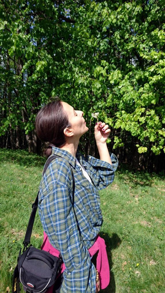 Erica si gode la primavera soffiando il suo primo soffione di stagione