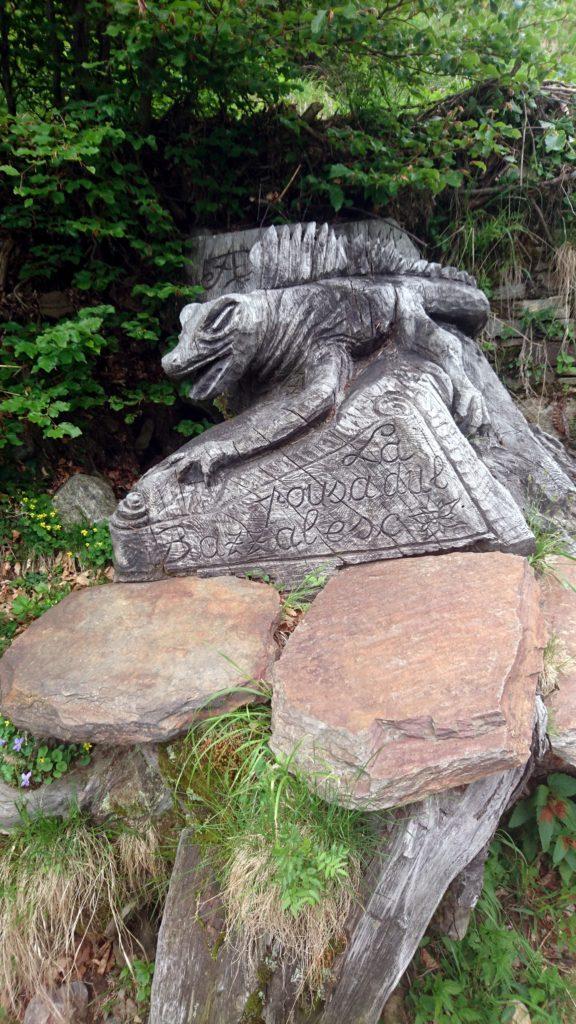 Lungo la passeggiata in piano che attraversa la piana della val Loana si trova questa bella panchina con scultura annessa