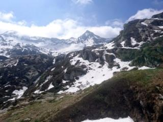 Sono ormai in prossimità dell'alpe di Cortenuovo ed inizia già la neve.