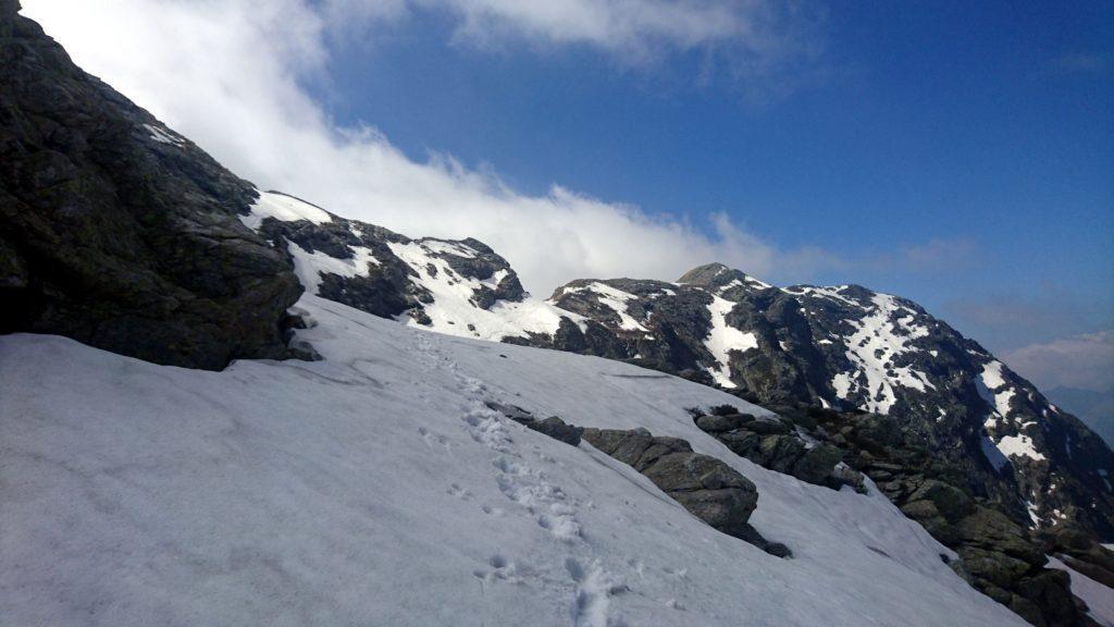 Una volta in quota, sotto la Laurasca, si procede in direzione nord fino alla bocchetta di Scaredi con un lungo traverso su neve, a tratti esposto