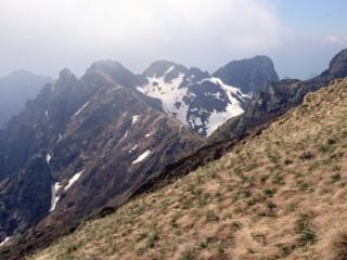 Verso la fine della cresta, si intravede la Bocchetta di Campo e il suo bivacco, che si raggiunge scendendo per un centinaio di metri