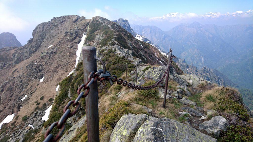 Qualche catena di dubbia utilità sulla cresta... :P