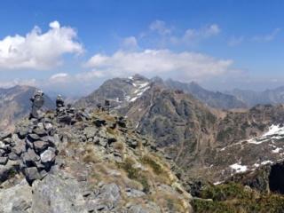 Panoramica dalla cima guardando verso i numerosi ometti di vetta