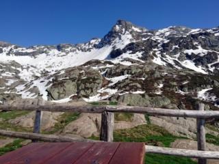Altri 5 minuti di riposo sul terrazzo di Scaredi con bella vista sulla Laurasca prima della discesa finale