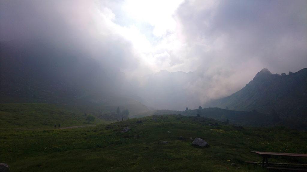 ciò che si vede, o meglio non si vede, dal rifugio Lecco guardando verso il gruppo del Pesciola e del Campelli di prima mattina