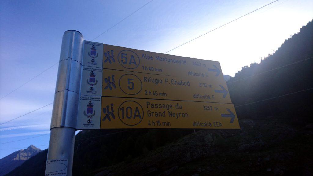 Partiamo verso le 8 e 15 dal parcheggio 1km prima di Pont in direzione del rifugio Chabod che raggiungeremo in un paio d'ore