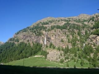 Le belle cascate di fronte a noi sul lato opposto della valle
