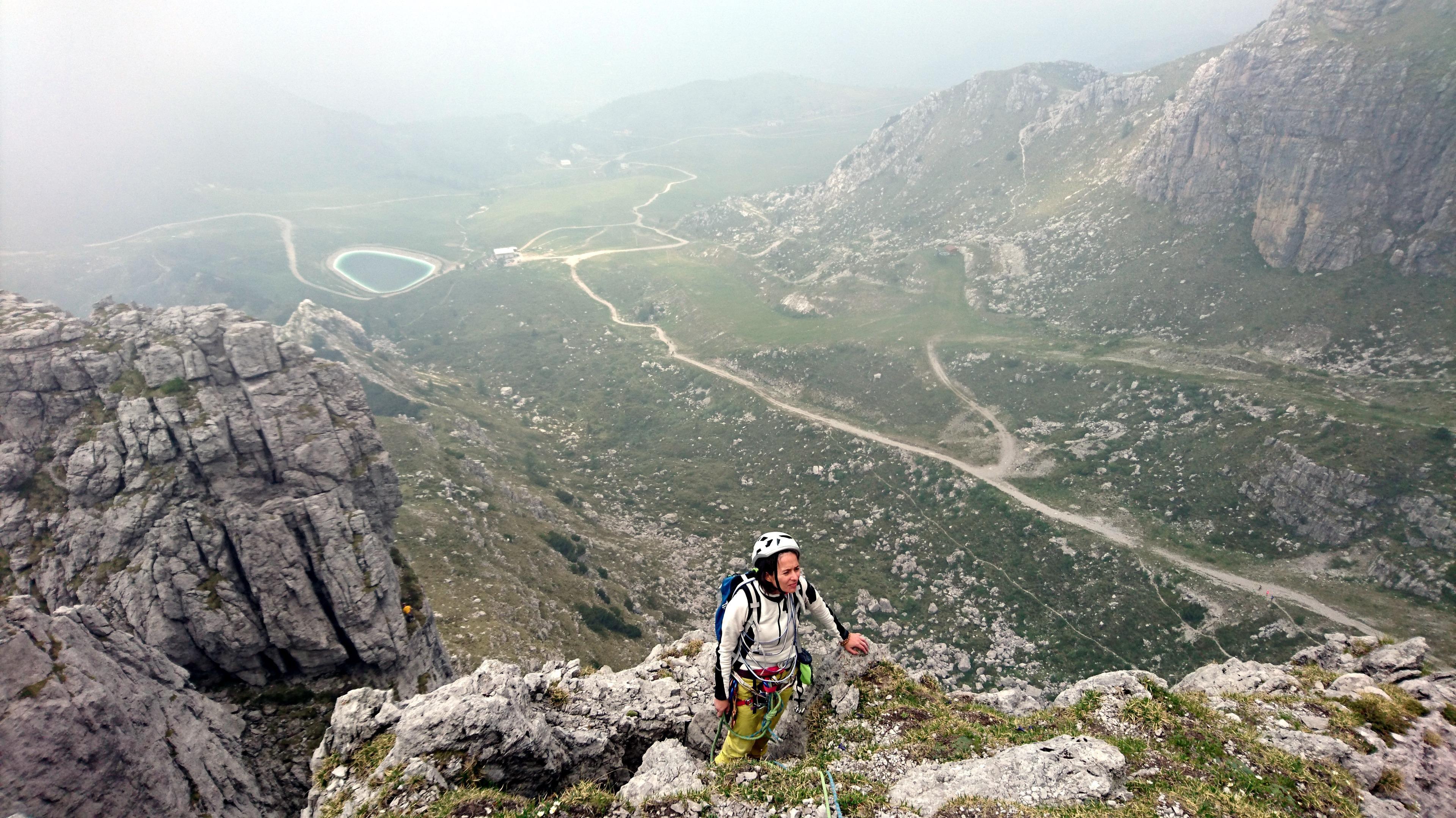 il paesaggio a valle si apre leggermente: sullo sfondo il laghetto artificiale vicino al rifugio Lecco