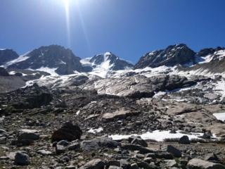 La traccia passa proprio in mezzo alla gola che un tempo ospitava il ghiacciaio, ora parecchio ritirato