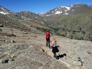 In attraversamento lungo le rocce levigate dal ghiacciaio