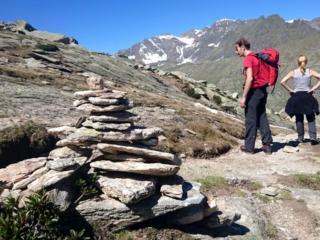 Bell'ometto di pietra lungo il sentiero