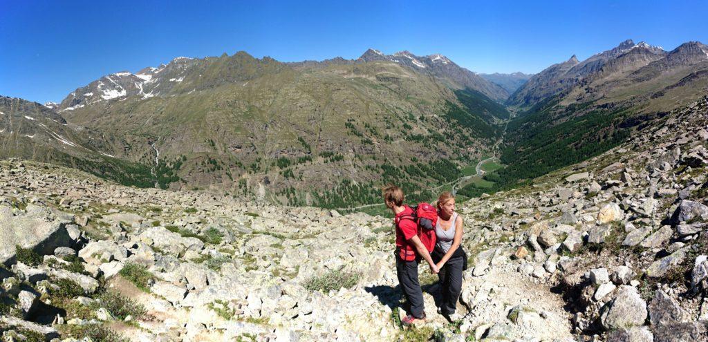 Luca e la Eli e una bella panoramica della Valsavarenche sullo sfondo