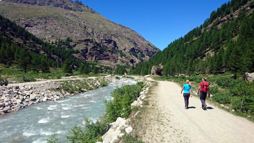 Eccoci a valle in arrivo verso il parcheggio di Pont. Peccato che la nostra macchina sia 1km e mezzo più a valle... ;)