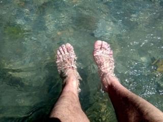 L'acqua è gelida ma ne vale la pena dopo 18km di strada con gli scarponi rigidi!
