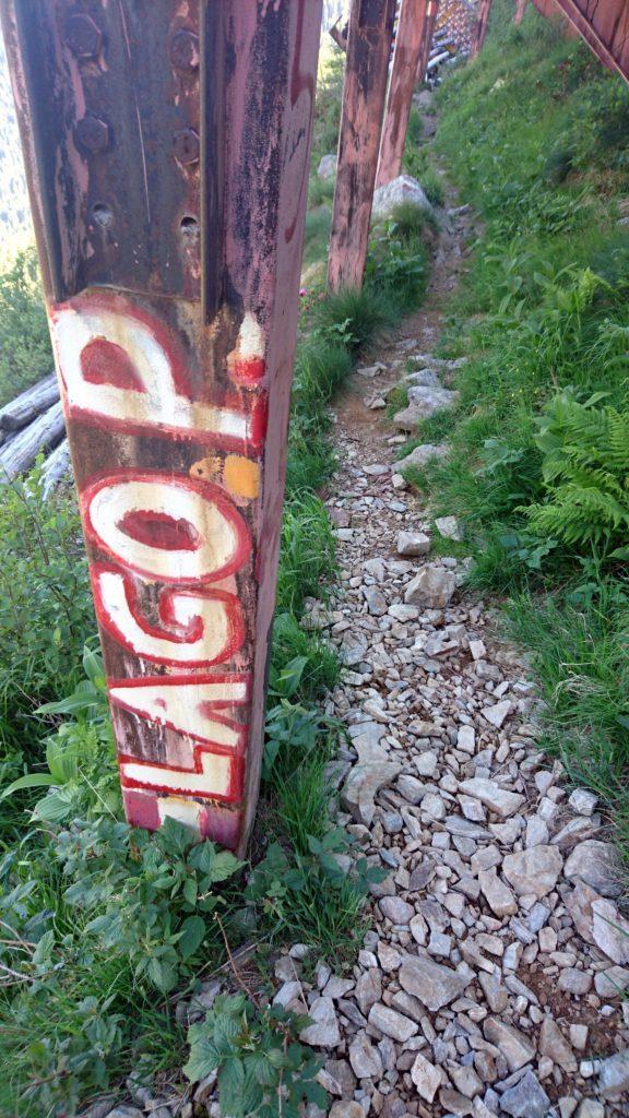 """l'indicazione """"lago Pescegallo"""" scritta sul sostegno del paravalanghe"""