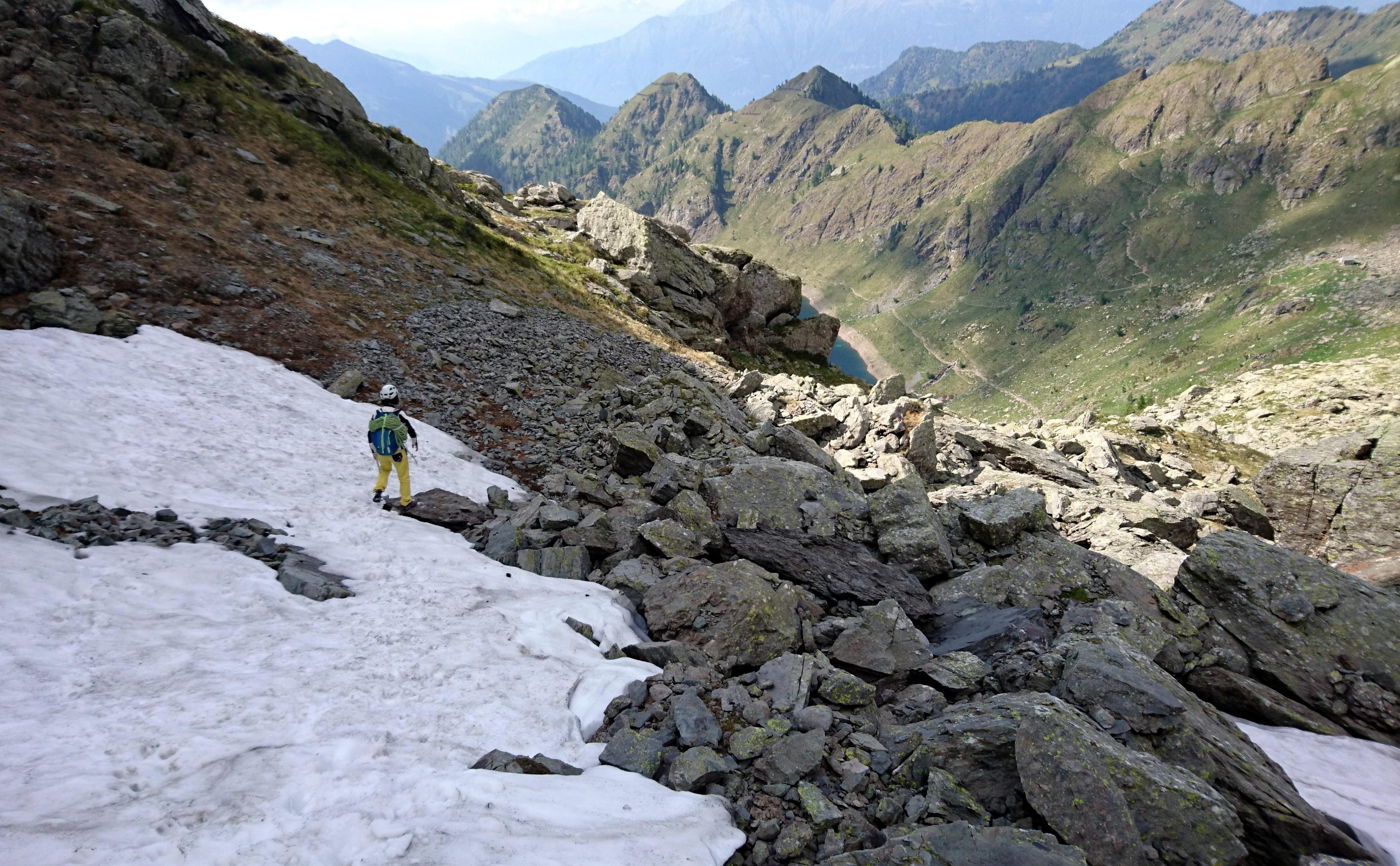 alla base della parete qualche accumulo di neve molle con tracce di stambecco