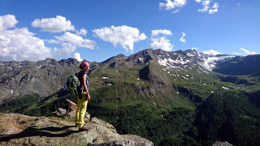 Erica sulla cima vera e propria del Bec Raty e la splendida valle di Champorcher con i colori del pomeriggio