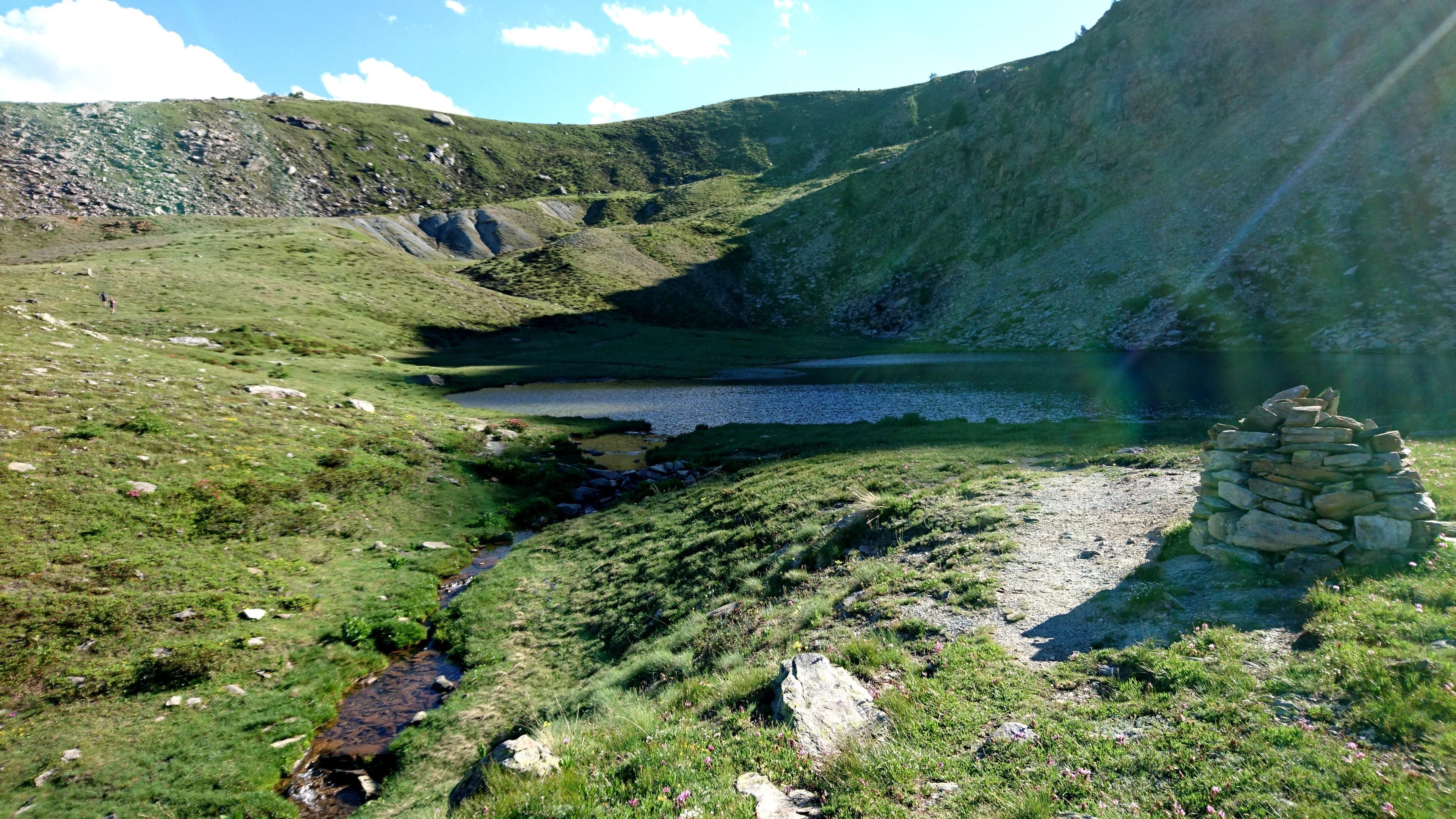 Il lago di Raty appena passato in ombra nel tardo pomeriggio