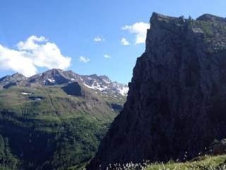 Ed ecco il minaccioso profilo del Bec Raty visto dal nostro sentiero di discesa. Bella scalata dai!