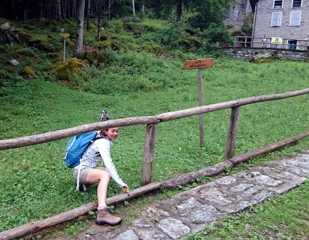 Per prendere il sentiero verso la Merdarola bisogna scavalcare lo steccato.....già questo è indicativo... ;)