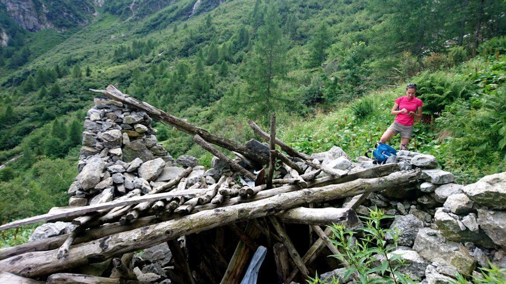 Siamo giunti al rudere che non c'entra una mazza, dalla parte opposta della valle rispetto a dove sta il sentiero. Qui solo punti di domanda fino alla saggia decisione di tornare indietro