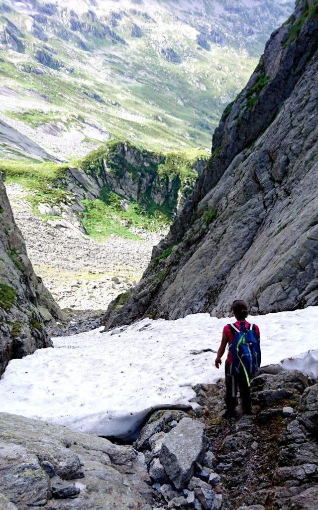 c'è un lungo tratto innevato sulla bocchetta di Medaccio che discenderemo per buona parte schivando la neve a sinistra, accanto alle rocce